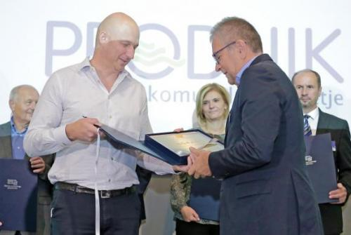 Na sliki direktor podjetja Prodnik Marko Fatur prejema nagrado s strani predsednika Zbornice komunalnega gospodarstva.