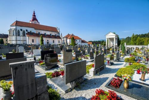 Na sliki je pokopališče v Mengšu.
