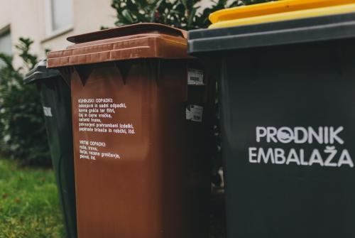 Na sliki sta zabojnika za ločevanje odpadne embalaže in biološko razgradljivih odpadkov.