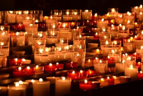 Na sliki so prižgane sveče.