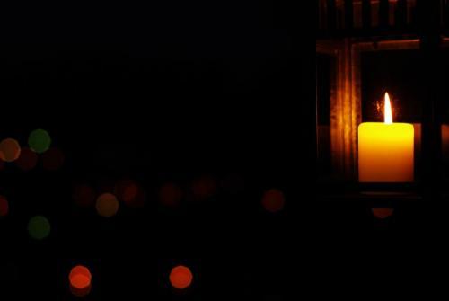 Na sliki je sveča.