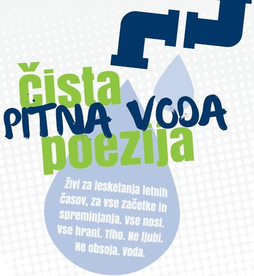 Logotip Poezija vode z verzom v kaplji vode.