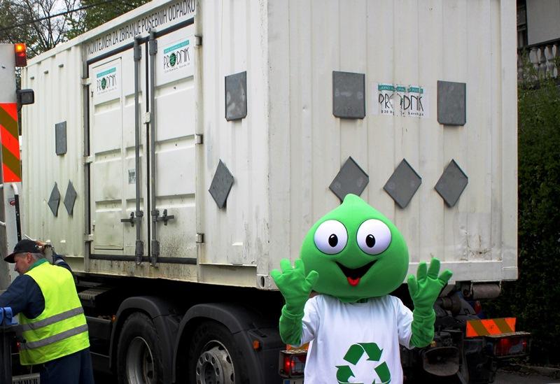 Maskota Grini pred premično zbiralnico za zbiranje nevarnih odpadkov.