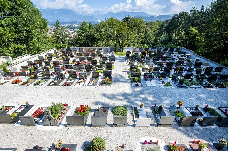 Na sliki je pokopališče v Homcu.