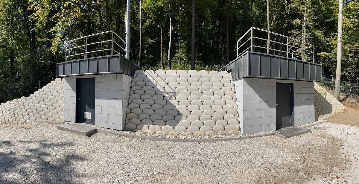 Na sliki sta obnovljeni in novi vodohran Dobeno.